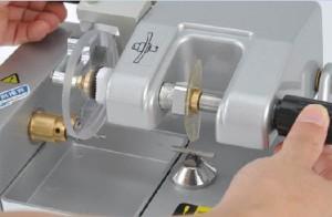 manual lens cutter2